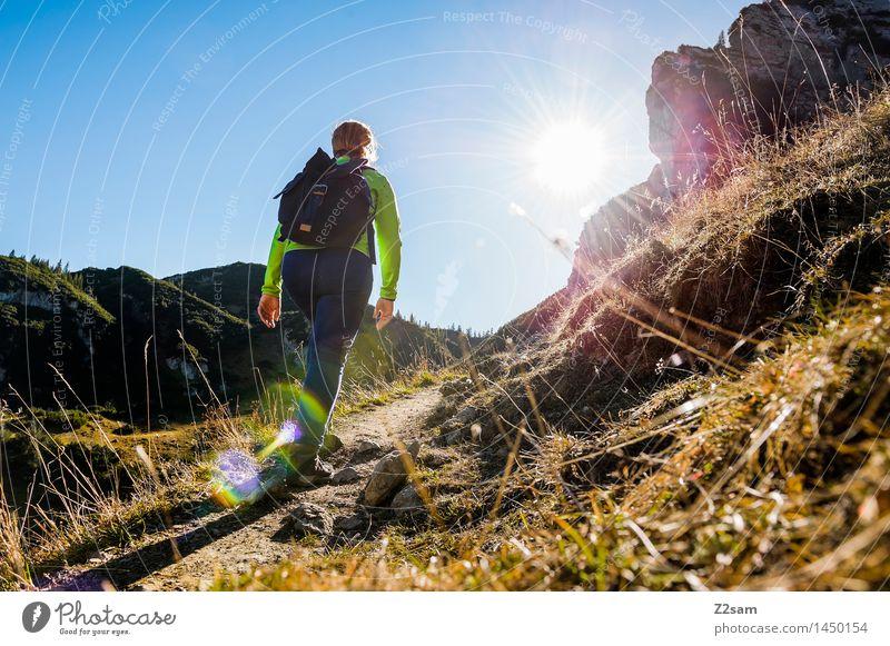 Wanderin auf dem Weg zur Memminger Hütte Freizeit & Hobby Abenteuer wandern feminin Junge Frau Jugendliche 18-30 Jahre Erwachsene Natur Landschaft Sonne Herbst