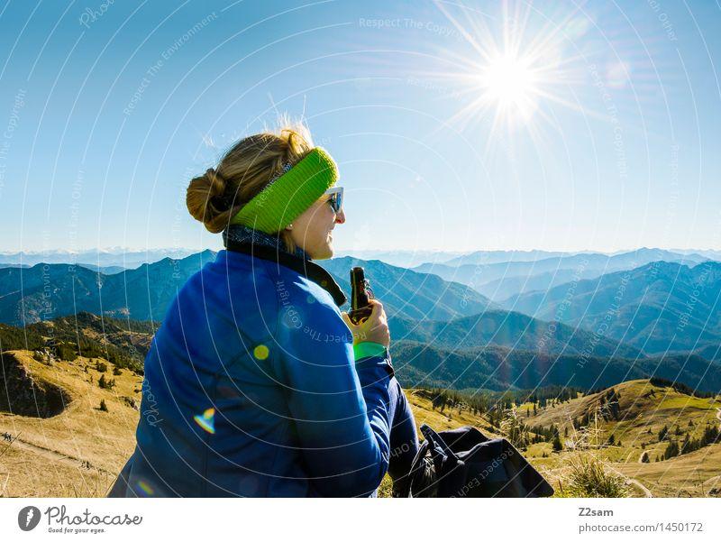 Jetzt ein kühles Gipfelradler Mensch Natur Jugendliche Freude Ferne 18-30 Jahre Berge u. Gebirge Erwachsene feminin Freiheit Zufriedenheit Freizeit & Hobby