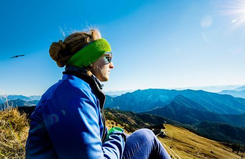 Das ist doch der Gipfel! Mensch Natur Jugendliche blau Erholung Ferne 18-30 Jahre Berge u. Gebirge Erwachsene natürlich feminin Vogel Zufriedenheit