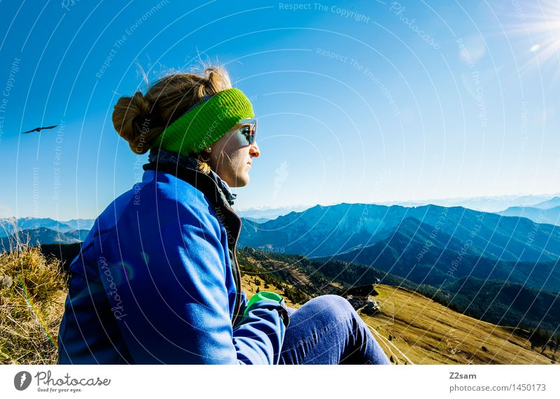 Das ist doch der Gipfel! Mensch Natur Jugendliche blau Erholung Ferne 18-30 Jahre Berge u. Gebirge Erwachsene natürlich feminin Vogel Zufriedenheit Freizeit & Hobby frisch wandern