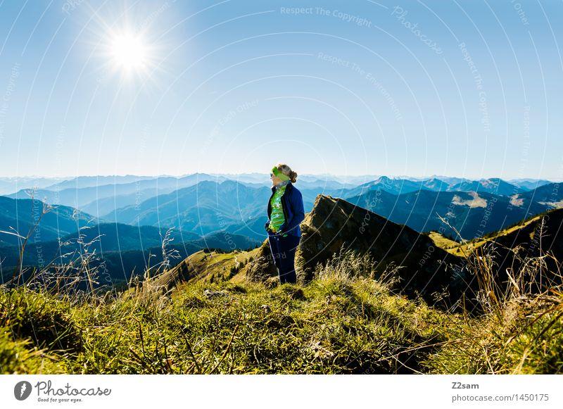 Gipfelstürmerin Himmel Natur Jugendliche blau grün Junge Frau Sonne Erholung Landschaft Berge u. Gebirge Erwachsene Herbst feminin Lifestyle Denken Freiheit