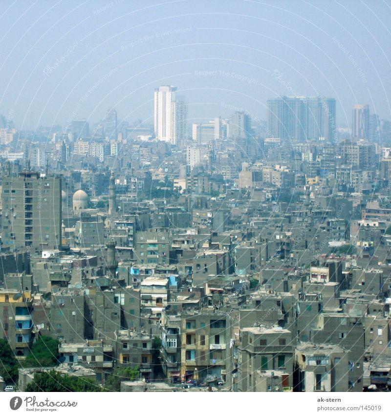 ein Hauch von Kairo blau Stadt Haus Ferne Leben grau Luft dreckig Nebel Armut Umwelt Beton Hochhaus Horizont Lifestyle Aussicht