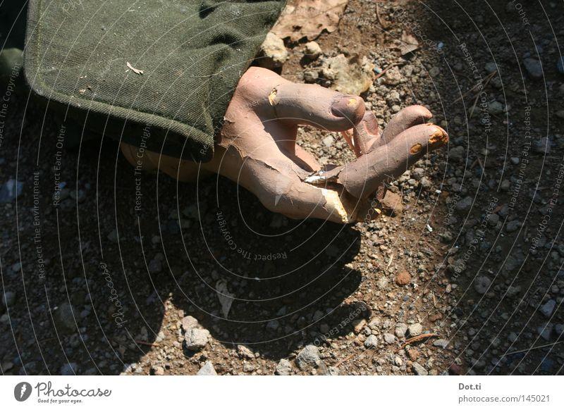 Tod im Märchenwald Hand Tod grau Stein Erde Angst liegen Finger kaputt Bodenbelag Stoff Vergänglichkeit Müll verfallen gruselig Jacke