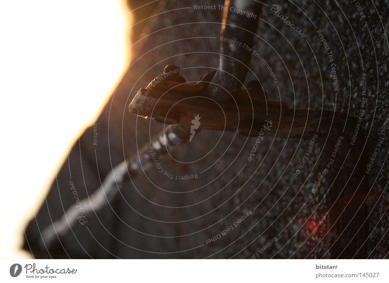 abgeleitet Erholung ruhig schwarz braun Elektrizität Sicherheit Gebäude Sonnenuntergang Dach Draht Aluminium Teer körnig obskur Detailaufnahme Ausklang Metall