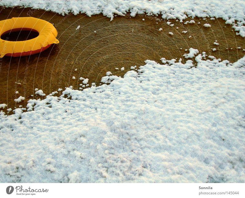 Hot Winter Schwimmhilfe rund gelb Kreis Schwimmweste Schnee weiß kalt Eis gefroren See Physik Freizeit & Hobby Sehnsucht Wärme Sommersehnsucht