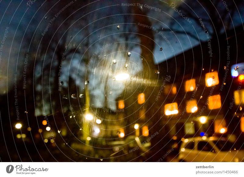 Warten im Auto PKW Abend Feierabend Licht Laterne Straßenbeleuchtung erleuchten Fenster Autofenster Haus Mehrfamilienhaus Häusliches Leben Wohngebiet Vorstadt