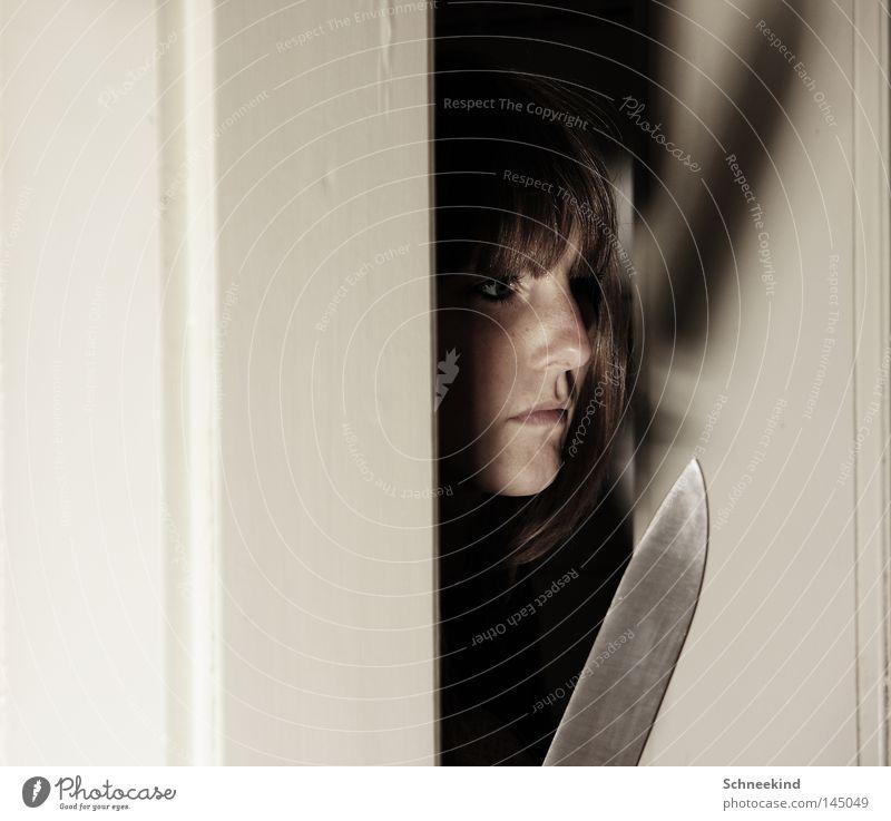Verstecken spielen Frau Gesicht Tod Mund Angst warten Tür Nase groß gefährlich bedrohlich gruselig verstecken silber Todesangst Panik