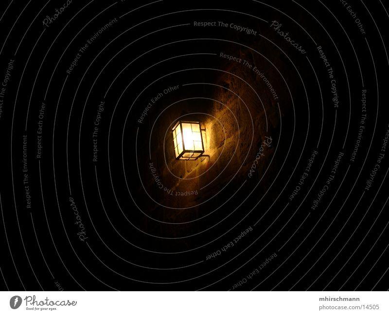 burgleuchte Nürnberg Lampe Licht dunkel Wand Mauer hell Lichterscheinung Schatten Stein Burg oder Schloss
