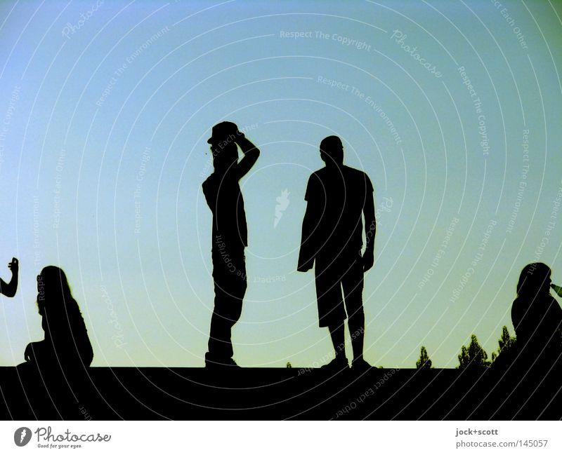 seinen Hut nehmen Frau Mann blau Erholung Freude dunkel Erwachsene Leben Hintergrundbild Menschengruppe hell Freundschaft Zusammensein Fröhlichkeit Kommunizieren Körperhaltung