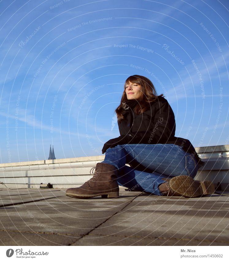 über den dächern von köln Himmel Jugendliche Stadt blau Junge Frau Erholung ruhig feminin Lifestyle Mode Zufriedenheit sitzen Schuhe genießen Schönes Wetter Dach