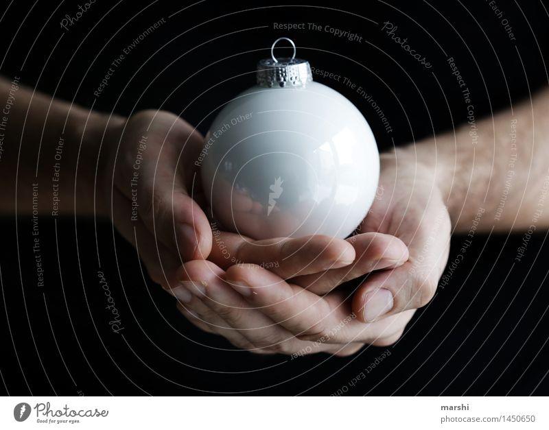 Fest der Liebe Mensch Gefühle Stimmung Freude Vorfreude Kugel Dekoration & Verzierung Weihnachten & Advent weiß Weihnachtsdekoration Christbaumkugel festhalten