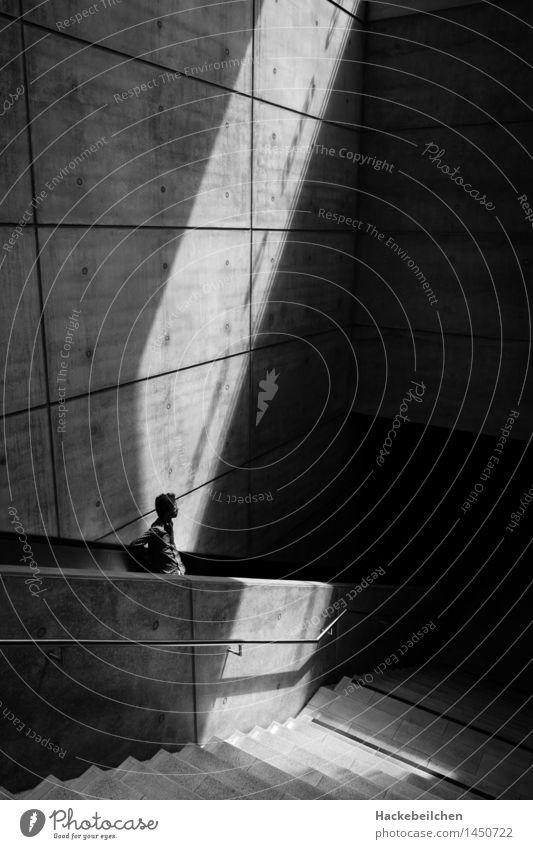 sun-kissed maskulin Junger Mann Jugendliche Erwachsene 1 Mensch 18-30 Jahre 30-45 Jahre Architektur Sonnenlicht Bahnhof Tunnel Bahnfahren Rolltreppe Bewegung