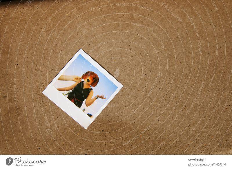 La Chamandu's Maskenball Hund Mensch Himmel Hand Freude Tier Farbe grau Horizont braun Zusammensein Fotografie Polaroid Beton Papier trist