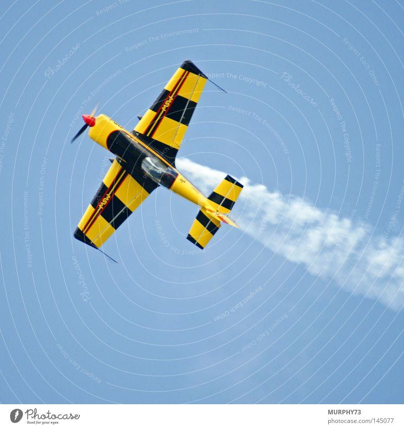 Pilot ohne Flugangst........ zum Glück nur ein Einsitzer ;-) Himmel blau rot Wolken gelb fliegen Nebel Flugzeug Luftverkehr Show Spuren Tragfläche Schweiz Rauch