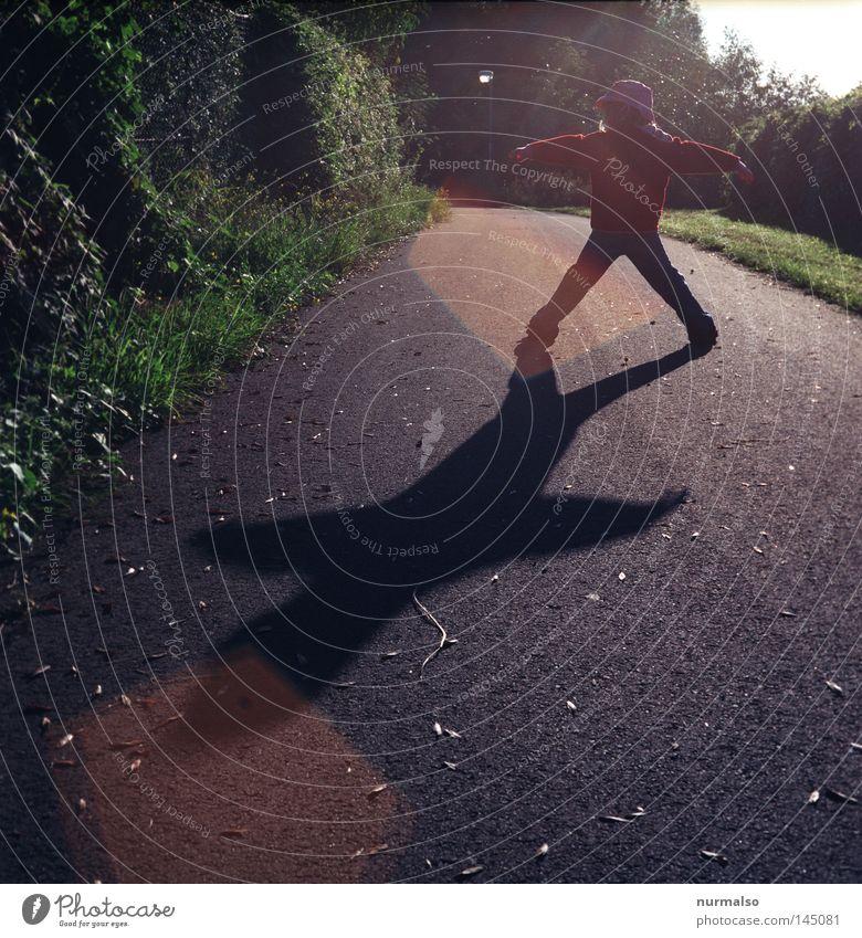mein Ampelmädchen Halt stoppen rot Straße Wege & Pfade Mädchen Kind Schatten Spielen Morgen Sonnenaufgang Lichtfleck analog Filmmaterial Stimmung Spaziergang