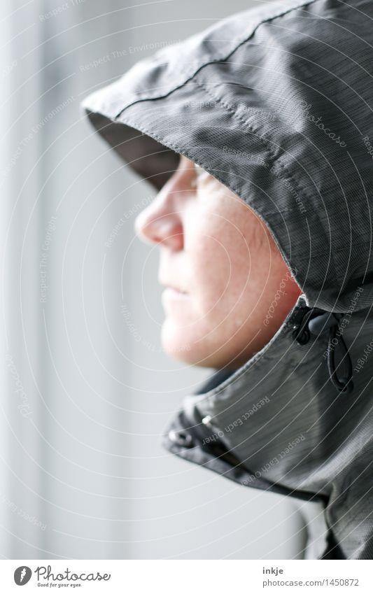 drinnen vs draußen Lifestyle Stil Frau Erwachsene Leben Gesicht 1 Mensch Herbst Winter Klima Klimawandel Wetter schlechtes Wetter Bekleidung Schutzbekleidung