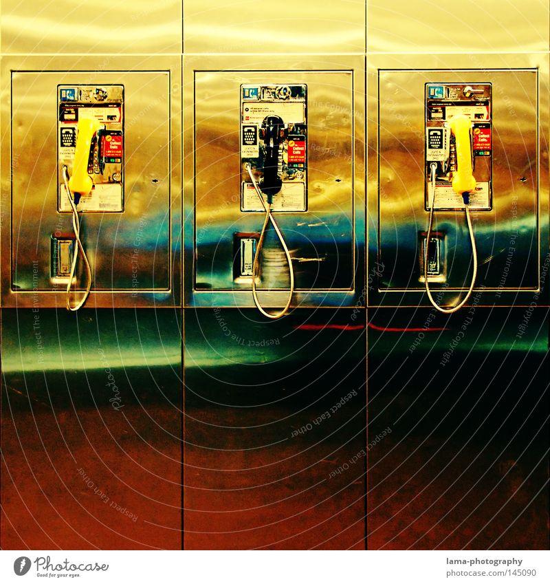 Call me Freude Wand offen warten Telefon retro Kabel USA Kontakt hören Stahl Stress Bahnhof Telekommunikation Wechselgeld Symmetrie
