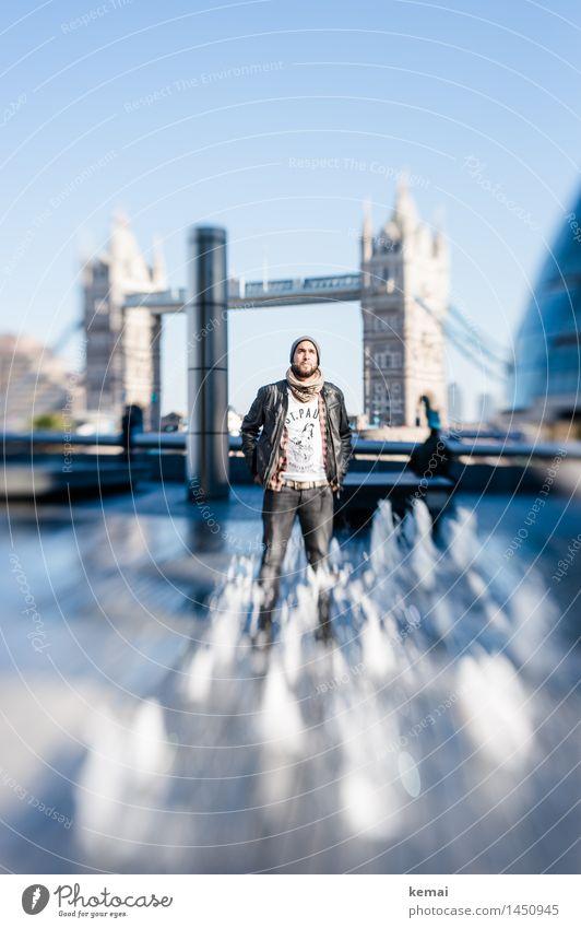 Tower Bridge Mensch Ferien & Urlaub & Reisen Jugendliche blau Wasser Junger Mann 18-30 Jahre Erwachsene Leben Stil Lifestyle maskulin Tourismus frisch Körper