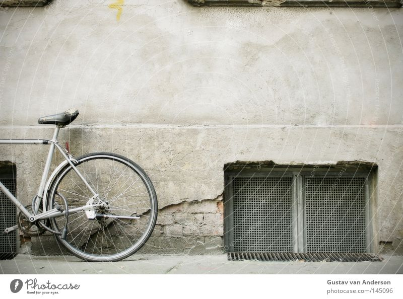 Standrad Fahrrad Wand Fenster Keller Kellerfenster Gitter Putz Fassade Eisen Gestell Fotografie Hinterhof Dinge Sitzgelegenheit Anschnitt Rahmen Metall