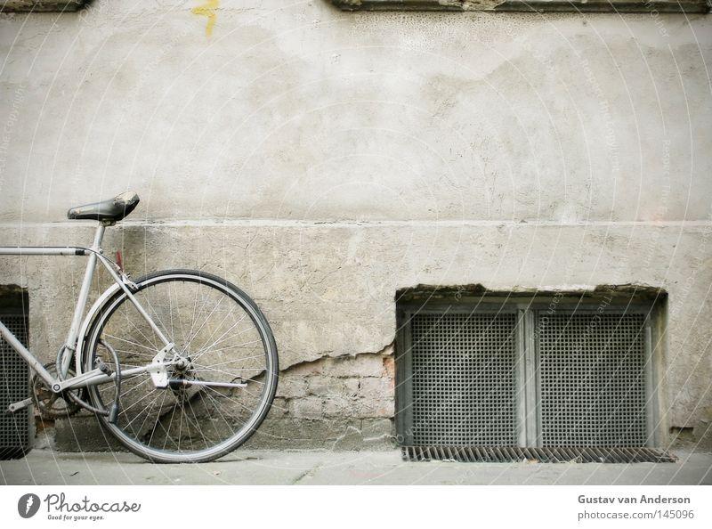 Standrad Wand Fenster Stein Fahrrad Metall Fotografie Fassade Bodenbelag Bild Dinge Loch Sitzgelegenheit Putz Eisen Hinterhof Rahmen