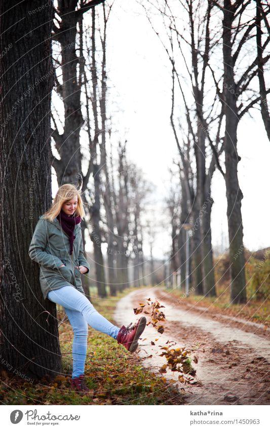 Herbstspielerei . Mensch feminin Junge Frau Jugendliche 1 18-30 Jahre Erwachsene Baum Blatt Park Jena Wege & Pfade Spielen blond Glück schön niedlich braun rot