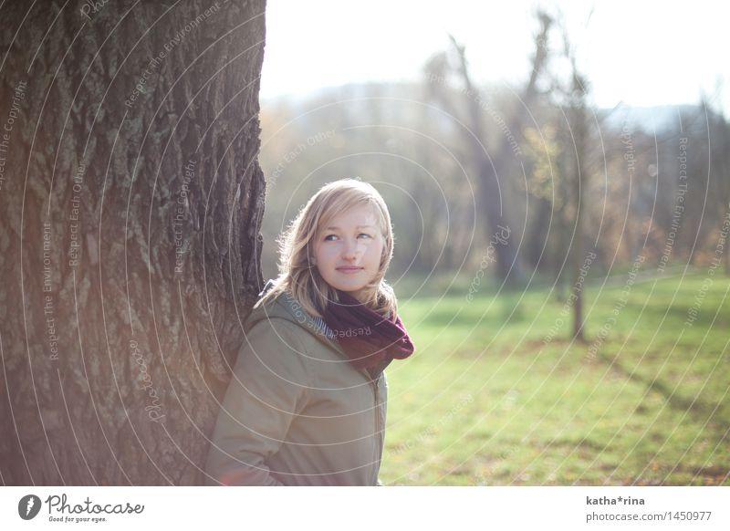 Herbstsonne . Erholung feminin Junge Frau Jugendliche 1 Mensch 18-30 Jahre Erwachsene Natur Schönes Wetter Baum Park Jacke Schal blond langhaarig natürlich