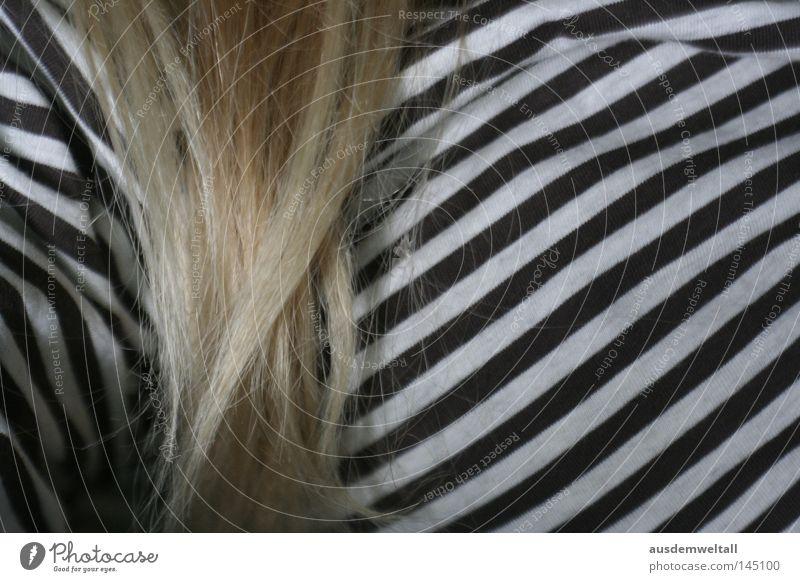 hairy day Frau feminin lang blond Pullover Streifen schwarz weiß wenige selten Bekleidung Haare & Frisuren liegen Brust Arme ist mehr