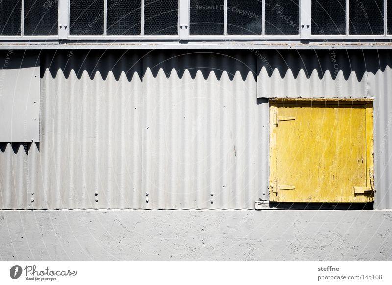 Gelbstich Wand Lagerhalle Industriefotografie Fabrikhalle Tür gelb grau Blech Wellblech Schatten