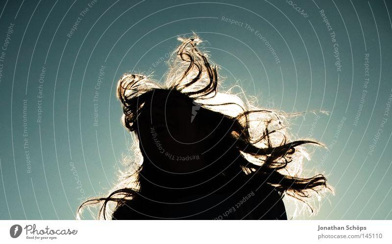 Silhouette einer jungen Frau mit langen wehenden Haaren vor Himmel Freude Haare & Frisuren Leben Sonne Erwachsene Wind Sturm Bewegung springen Glück