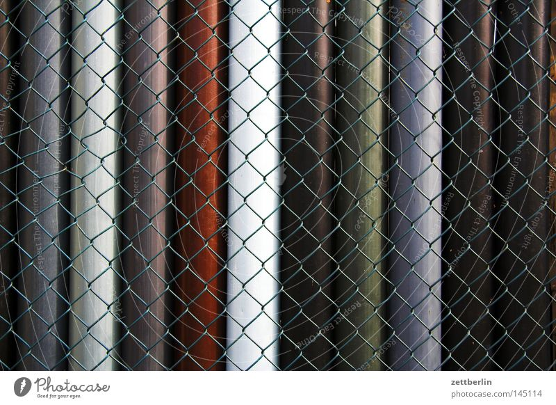 Maschendrahtzaun Zaun umfrieden eingezäunt Grenze Strukturen & Formen Gegend Abteilung Baumarkt Material Röhren Wasserrohr Kanalisation Fallrohr Steigrohr