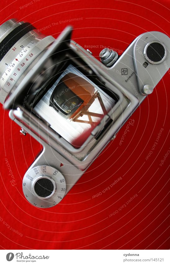 cydonna goes Rollfilm Farbfoto Detailaufnahme Experiment Textfreiraum unten Fernseher Fotokamera Technik & Technologie retro rot planen Zeit Sucher analog