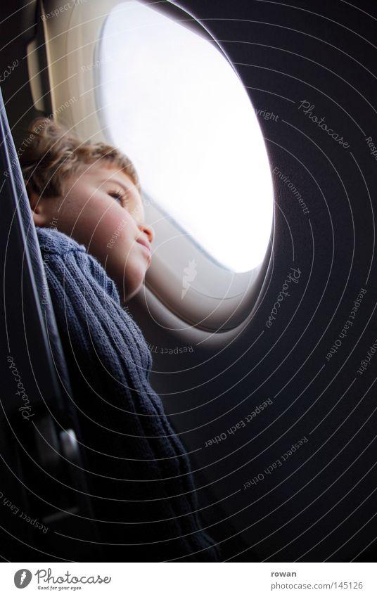ausblick Kind fliegen Flugzeug Denken Reflexion & Spiegelung Himmel Fenster Blick Ferien & Urlaub & Reisen träumen Fernweh Ferne Einsamkeit Junge hoch Aussicht