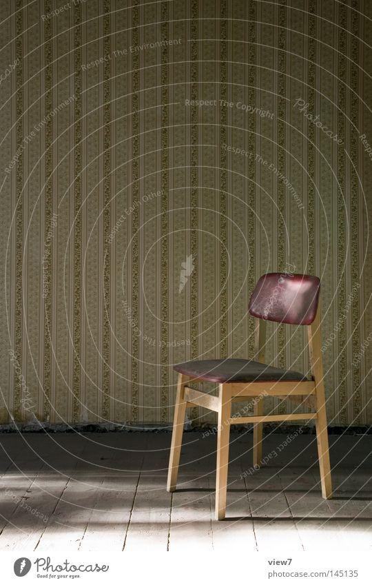 Kaiserstuhl Stuhl Möbel Wand schäbig Sitzgelegenheit Boden Holz Holzfußboden Raum Örtlichkeit Stuhllehne dreckig verfallen Idee Stuhlbein Objektfotografie
