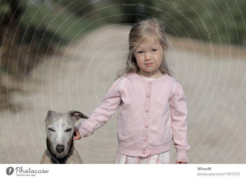 Warte mal Mensch Kind Hund Tier Mädchen Stil Freiheit Stimmung Zusammensein Freizeit & Hobby blond authentisch Kindheit warten beobachten Neugier