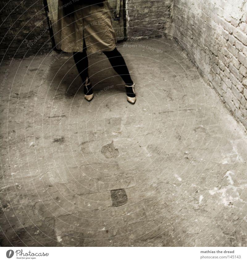 600 + 1 Mensch Frau schön rot Einsamkeit ruhig dunkel Stein Beine Fuß Linie 2 braun Schuhe dreckig warten