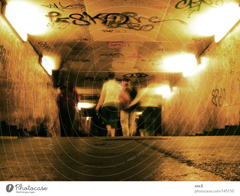 greifswalder str. Durchgang passieren Fußgänger Mensch gehen Tunnel Beton trist Muster Licht erleuchten Wand Wandmalereien grell dunkel Unschärfe