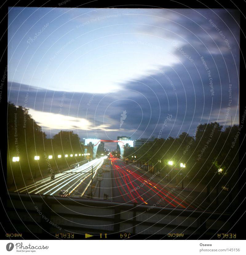 17.06 Himmel Stadt rot Wolken Straße PKW Linie Verkehr KFZ Laterne Straßenbeleuchtung Abenddämmerung Scheinwerfer Autoscheinwerfer Fahrbahn Mittelformat