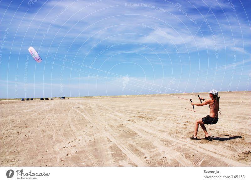 Standhaft Frau blau Sommer Strand Wolken Ferne Erwachsene Wind fliegen festhalten stark Drache Dänemark toben himmelblau Funsport