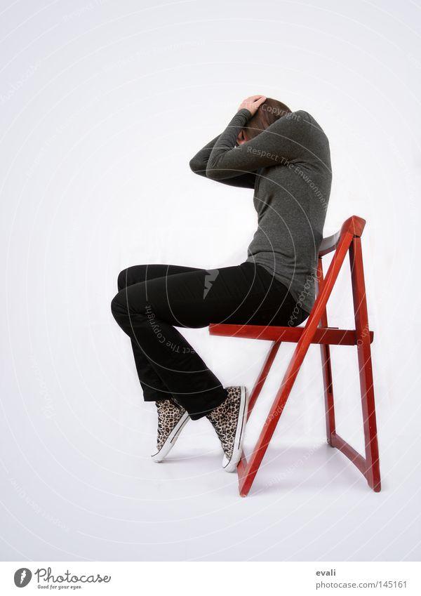 Unsatisfied Frau rot schwarz Einsamkeit dunkel hell Stuhl verstecken Chucks Frustration
