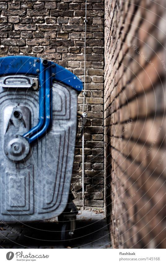 Ecke Müllbehälter Altpapier Backstein blau silber Herbst Detailaufnahme obskur Blitzableiter SchrammSchramm Backsteinwand