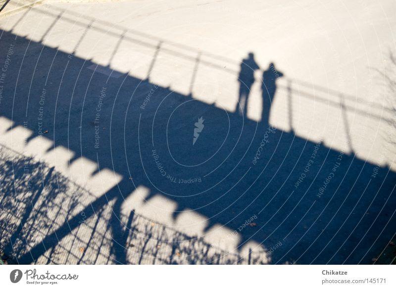 Down the bridge Mann Paar paarweise Brücke Schatten