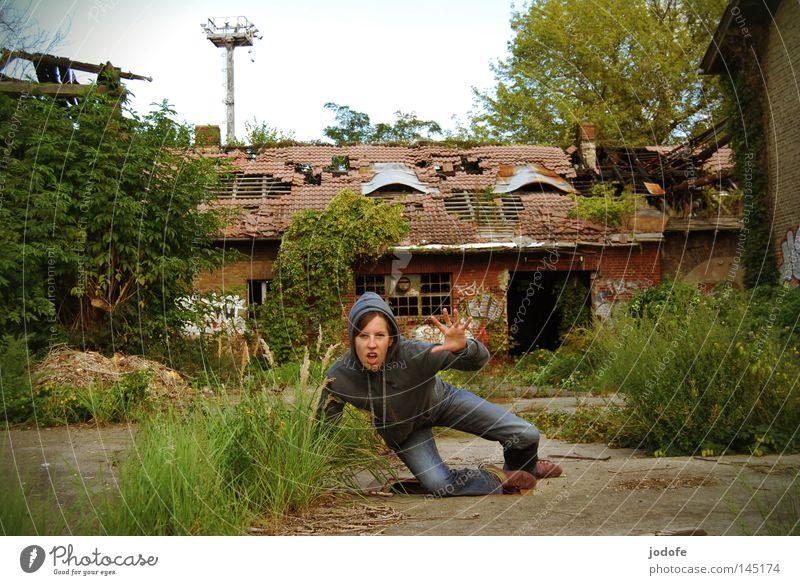 Ich krieg dich. Mensch Frau Natur Hand Pflanze Einsamkeit Haus Graffiti sprechen Gras Gebäude Beine Beine Beton Wachstum Bodenbelag