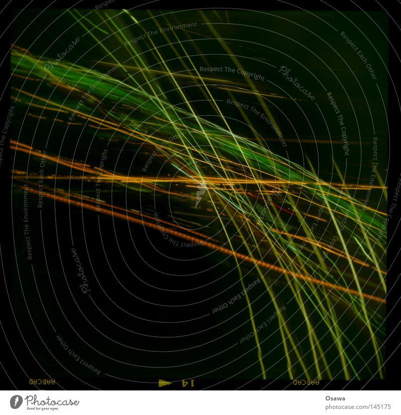 Nachtsicht Licht hell Streifen Leuchtspur Spuren Langzeitbelichtung dunkel grün gelb orange schwarz Kreuz Mischung Straßenkreuzung Wegkreuzung Stern (Symbol)