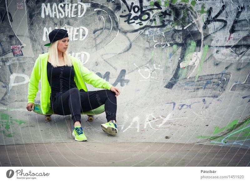 Skate it Mensch Jugendliche grün 18-30 Jahre kalt Erwachsene Wand Bewegung feminin Sport Mauer grau Lifestyle außergewöhnlich Kraft sitzen