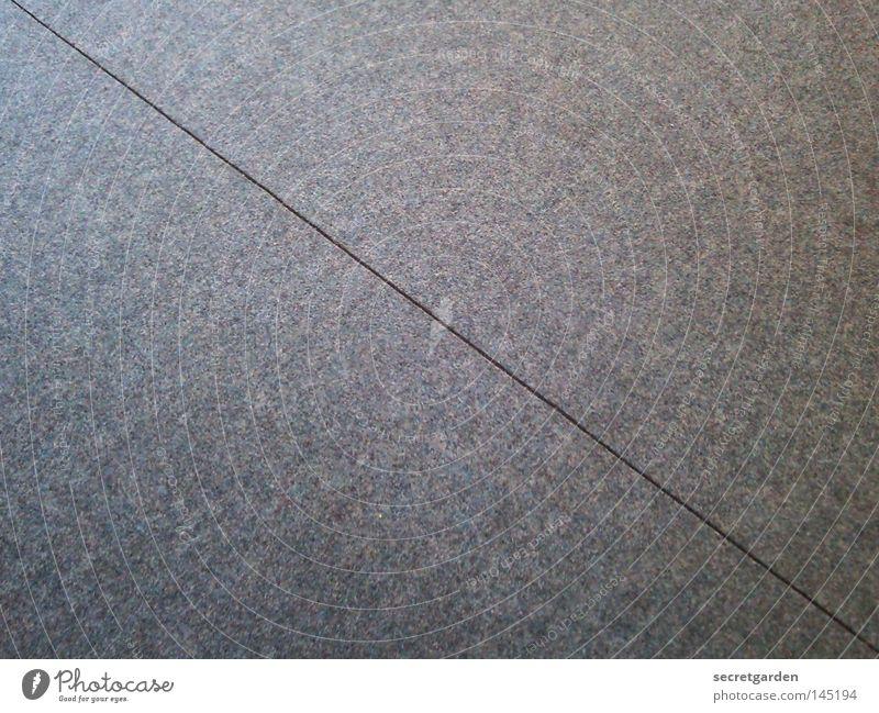 eine gerade linie fahren. Geometrie verbinden Teilung Dreieck rein Schnur Teppich Naht Nähen grau Sauberkeit leer Linie Verbindung Perspektive Detailaufnahme