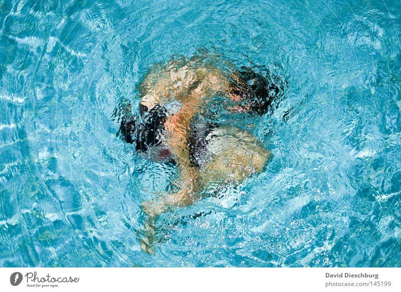 Embryonalstellung Jugendliche Schwimmen & Baden Wasser einzeln Schwimmbad tauchen Mann Wasseroberfläche Wasserwirbel 1 Mensch zusammengerollt
