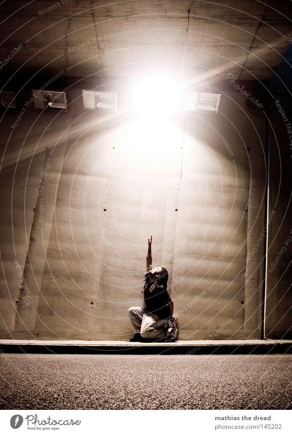 NACHTSCHWÄRMER Mann Jugendliche dunkel Straße Wand Wege & Pfade Religion & Glaube Stein Lampe hell Linie Beleuchtung Zufriedenheit Angst Arme dreckig