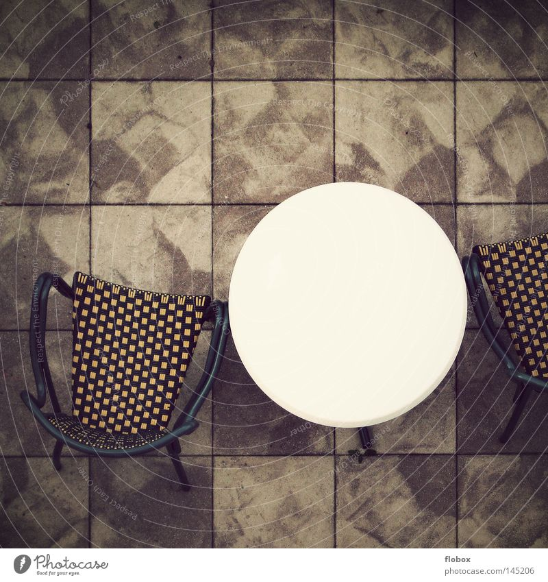 Langeweile Tisch Gartentisch Gartenstuhl Terrasse Plattform Fliesen u. Kacheln Beton trist Balkon Haus Einfamilienhaus Muster Steinplatten Dachterrasse ruhen