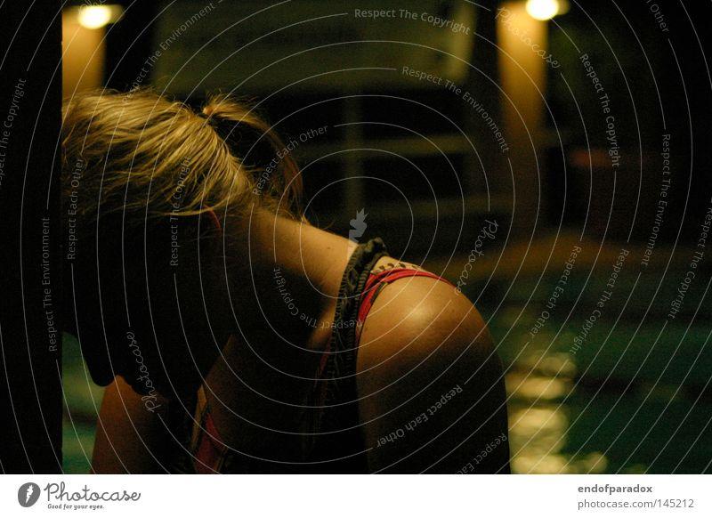 zwanzig kilometer spaeter Schwimmsport Schwimmbad dunkel Sport Badeanzug Zopf blond Wand Kopf Gedanke Denken Müdigkeit Zweifel Wassersport sportlich Traurigkeit