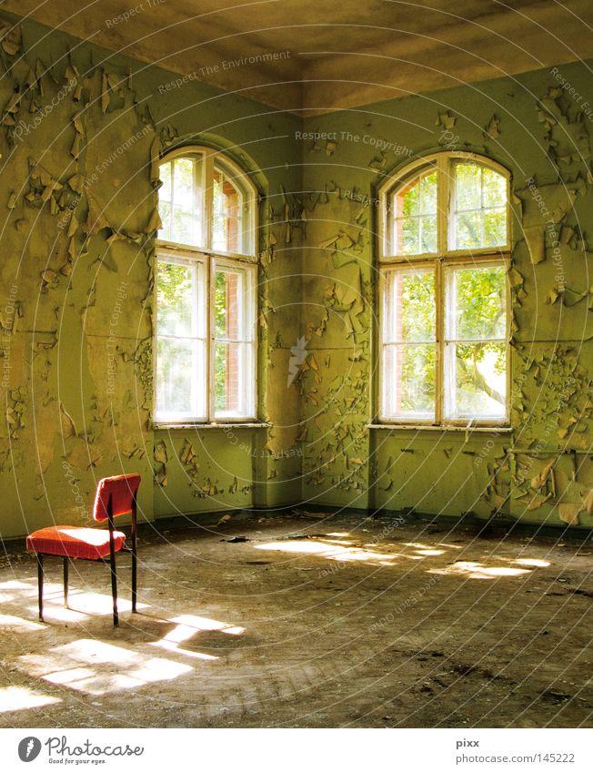 Grüner Salon Licht Schatten grün Farben und Lacke Raum Villa Altbau Fenster strahlend Verfall verfallen Stuhl rot Platz Freiraum Parkett Holzfußboden Bodenbelag